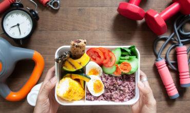 چه نوع تغذیه ای قبل از ورزش مناسب است و چه مقدار کربوهیدرات مورد نیاز است؟